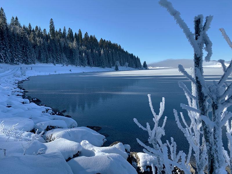 Snowy view over the lake a La Brévine